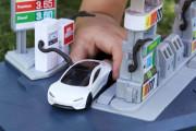 Miniatur-Tesla an neuer Tankstation mit Ladesäule